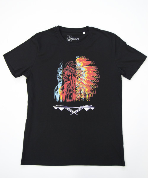 mannen, men, t-shirt, mens shirt, zwart, opdruk, native, native - american, south - american, indiaan, inheems, indigenous, rood, geel, blauw, veren, v-hals, print, Dee li loko, ten-eight design,korte mouwen, colour black, v-neck, short sleeves, red, blue, yellow, witte opdruk, tekst, arowaks